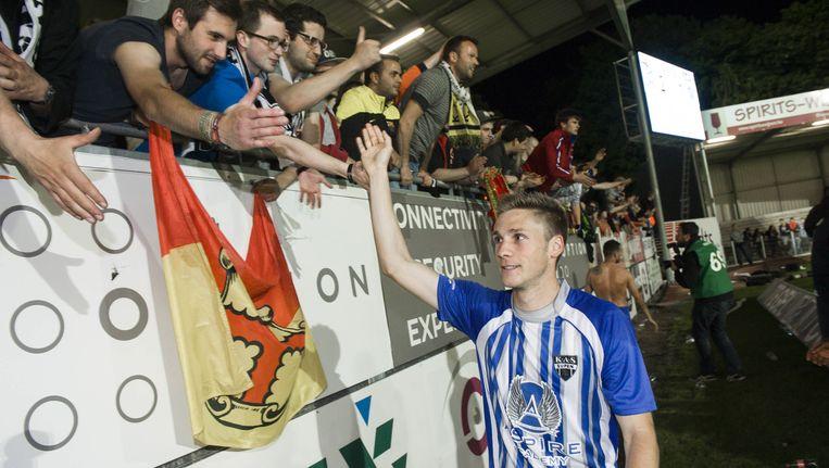 Schouterden begroet zijn supporters na het verlies in OHL