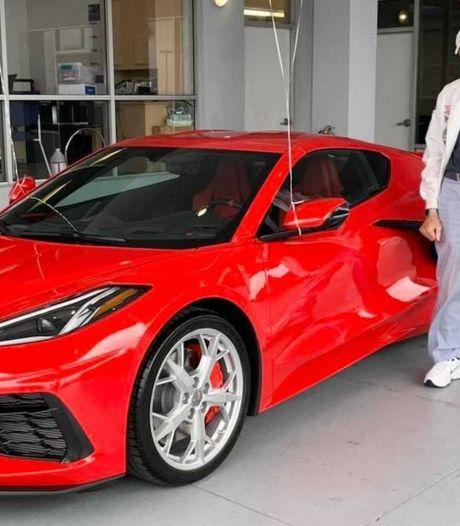Man koopt splinternieuwe sportwagen voor zijn 90ste verjaardag