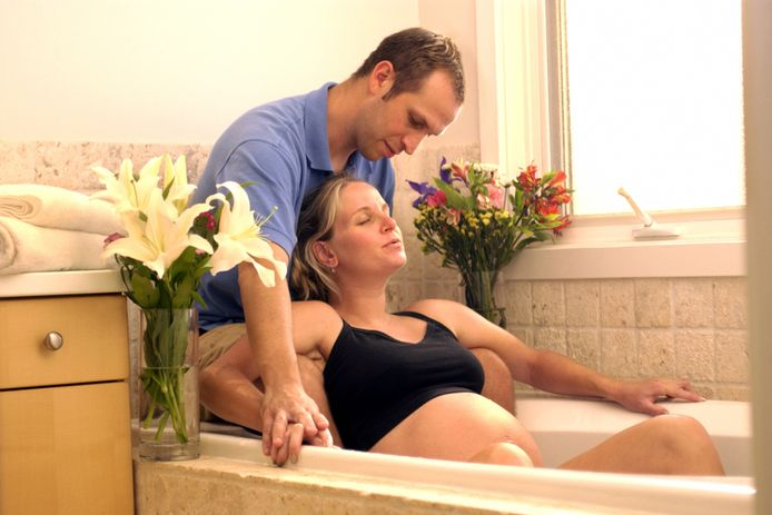 Een warm bad of warme douche kunnen helpen bij de pijnbestrijding.