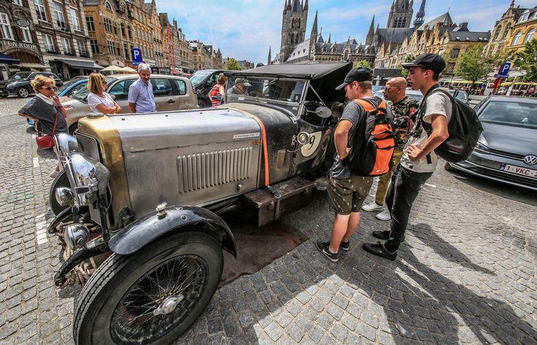 De oude wagens hadden veel bekijks.