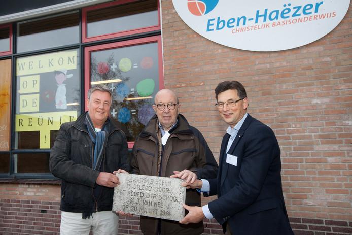 De oud-directeuren van de Eben Haëzerschool Kees Hoogendoorn, Dick Kraaijveld en Henk Mackloet (vlnr) met de eerste steen van de oude school