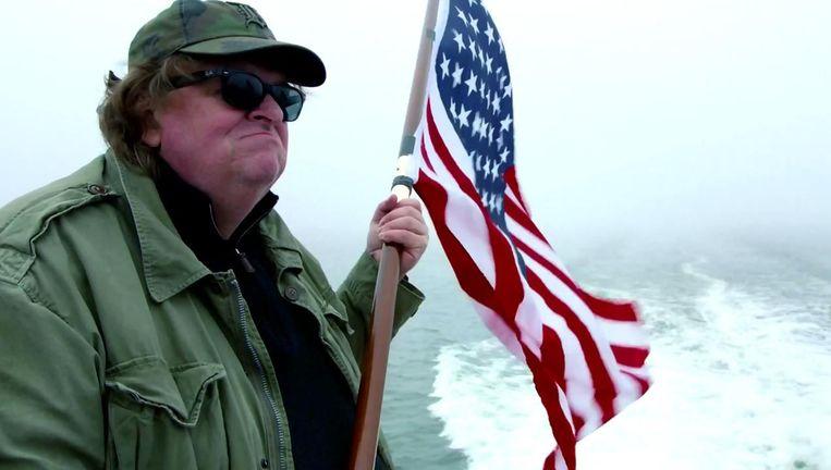 Aan de vooravond van de Amerikaanse verkiezingen toont de publieke omroep nogmaals dit weinig verfijnde doch vermakelijk-satirische pamflet van Michael Moore. Beeld