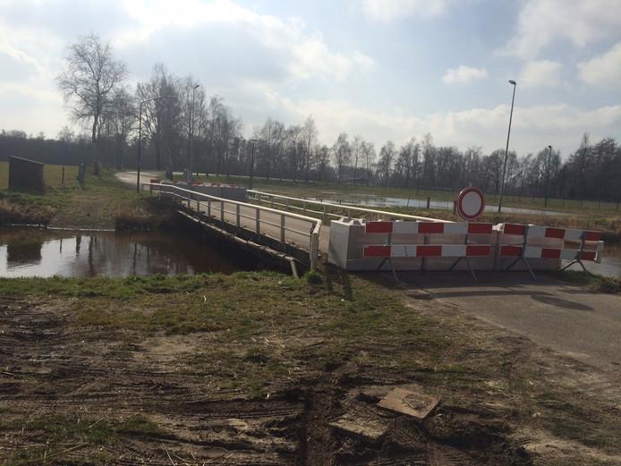 De betonnen verkeersbrug is nog zeker enkele weken dicht.