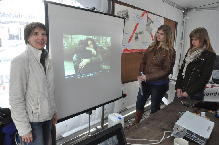 Een medewerker van het CAW stelt het filmpje voor.