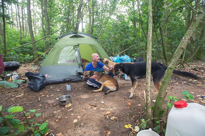 Jeffrey Claes afgelopen augustus voor zijn woning op 'Bosjes 1' met zijn vier herdershonden.