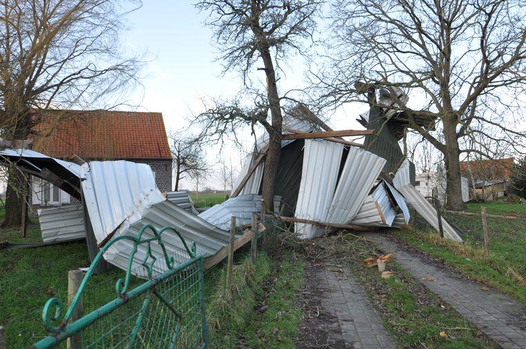In Assenede waaide het dak van een oude schuur weg.