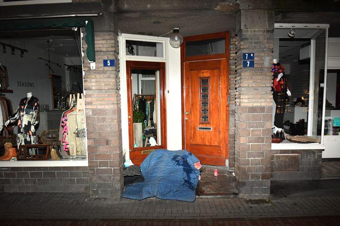 Buitenslapers in een portiek Van Welderenstraat. Foto: Bert Beelen