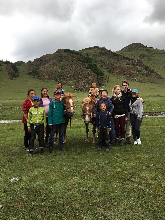 Denise van Dalen op bezoek bij een nomadenfamilie in Mongolië.