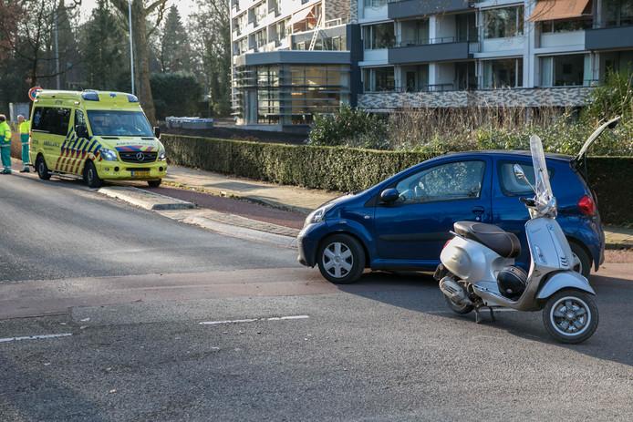 Bij een botsing in Heelsum raakte een scooterrijder gewond.