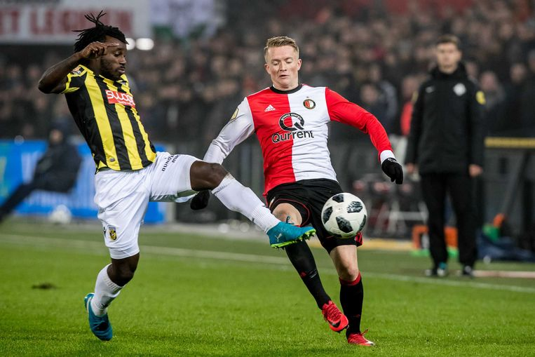 Vitesse-speler Fankaty Dabo (l) in duel met Sam Larsson van Feyenoord. Beeld ANP Pro Shots
