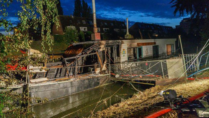 De woonboot na de brand