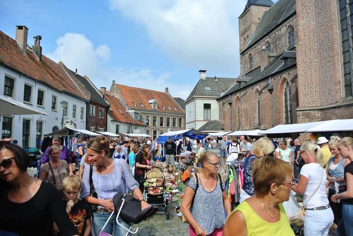 De grote rommelmarkt in Hattem is onder meer op het Kerkplein.