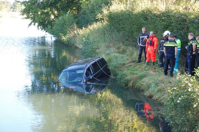 Auto te water in Toevoerkanaal bij Terwolde