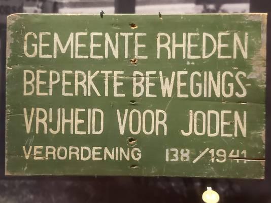 Dit bordje maakt deel uit van de collectie van het nationaal oorlogsmuseum in Overloon. Voor het Velpse museum wordt een exacte kopie gemaakt.