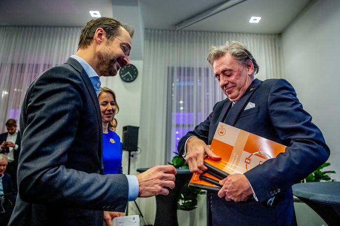 Voorzitter van de klimaattafels, VVD'er Ed Nijpels (r), biedt het ontwerp-klimaatakkoord aangeboden aan minister Eric Wiebes van Economische Zaken en Klimaat.