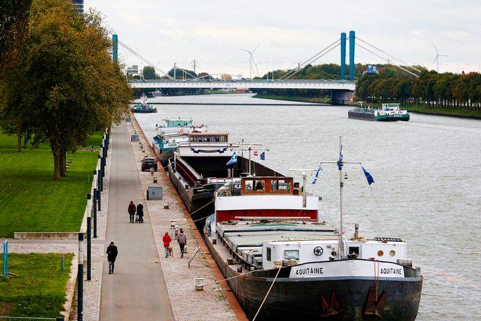 Vrachtschepen langs Merwedekanaal aan de Churchillaan , gezien vanaf de Prins Clausbrug in Utrecht.
