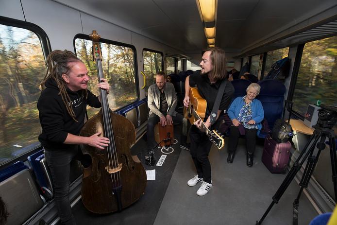 Liquid Love Machine vorig jaar tijdens de Dag van de Achterhoekse popmuziek inde trein tussen Doetinchem en Winterswijk.
