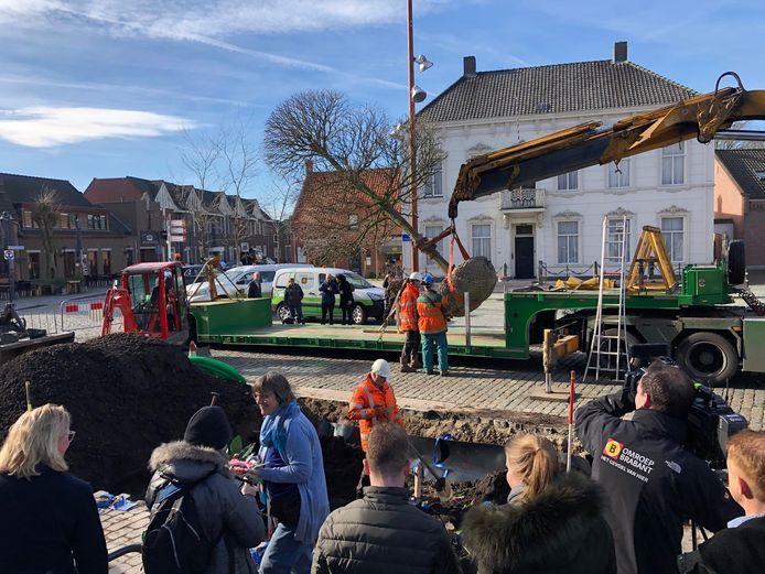 Kunstenares Ine van Grinsven (met blauw vest) verwelkomt de belangstellenden. Op de achtergrond hangt de nieuwe lindeboom voor OL Vrouw ter Linde in de takels.