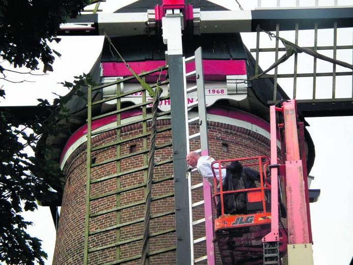 Een paar jaar geleden kreeg de molen nog een schilderbeurt. De gemeente wil van het onderhoud af. archieffoto BN DeStem