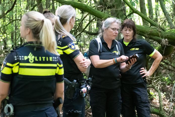 Leden van rescueteam SAR Nederland in actie tijdens de zoekactie naar Loes de Groot-Veenendaal in Het Aamsveen. Uiterst rechts, Houwina Postma.