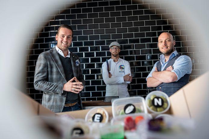 Het creatieve team van cateringbedrijf Brood met Spelen in Almelo bedacht een corona-proof lezersmenu voor Pinksteren, verpakt in een kijkdoos. Vlnr: Robert Jan Steenhagen, Barry Willemse en Christian Besselink.