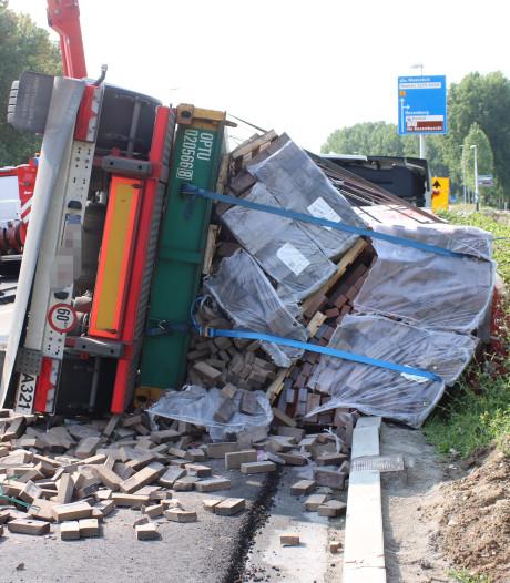 Gekantelde vrachtwagen zorgt voor ravage bij Rozenburg: 29.000 kilo stenen op de weg