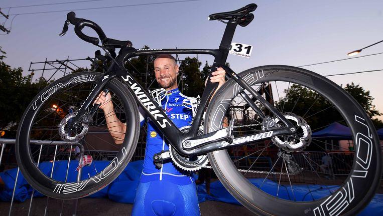 Tom Boonen houdt zijn fiets met schijfremmen de lucht in.