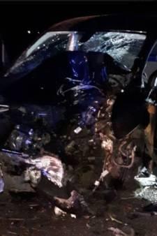 Beschonken bestuurder (22) zwaargewond na botsing tegen boom in Middelharnis