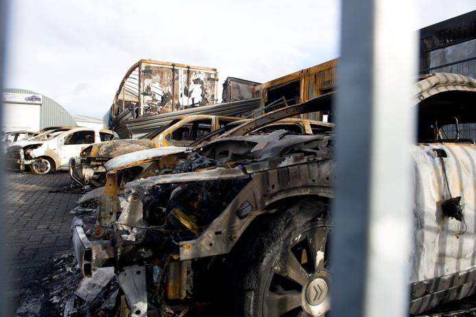 De uitgebrande auto's op het naastgelegen terrein.