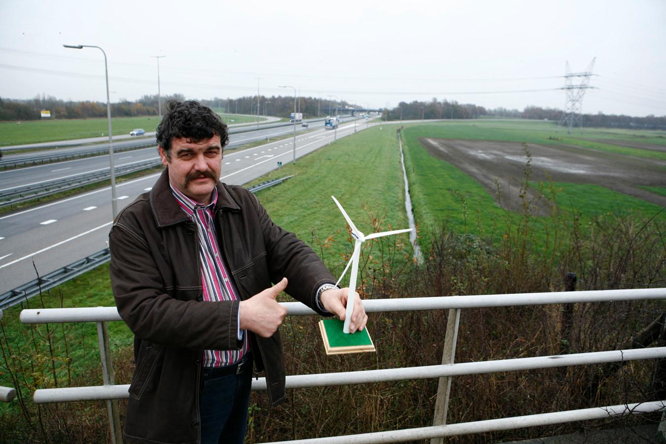 Jan van Werven, hier op archiefbeeld uit 2007, bij de plek waar de windmolens gebouwd mogen worden. Rechts is het bedrijvenpark H2O in ontwikkeling gekomen. Links van het verkeersknooppunt achter hem komen de windturbines