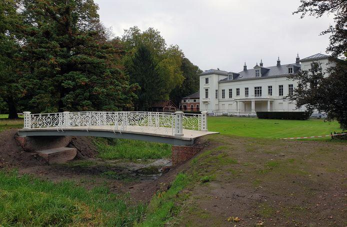 De restauratie van de brug is afgerond.