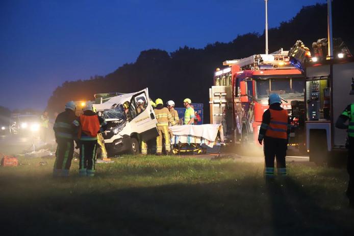 Het busje van het bouwbedrijf uit Nijkerk raakte zwaar beschadigd bij het ongeval op de A7
