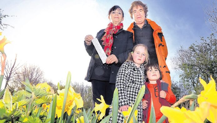 Foei, de kinderen Fee en Kick hebben zomaar bloemen geplukt op een veldje in Den Haag. Stadswachten trakteerden oma en opa Bousquet daarom op een fikse bekeuring