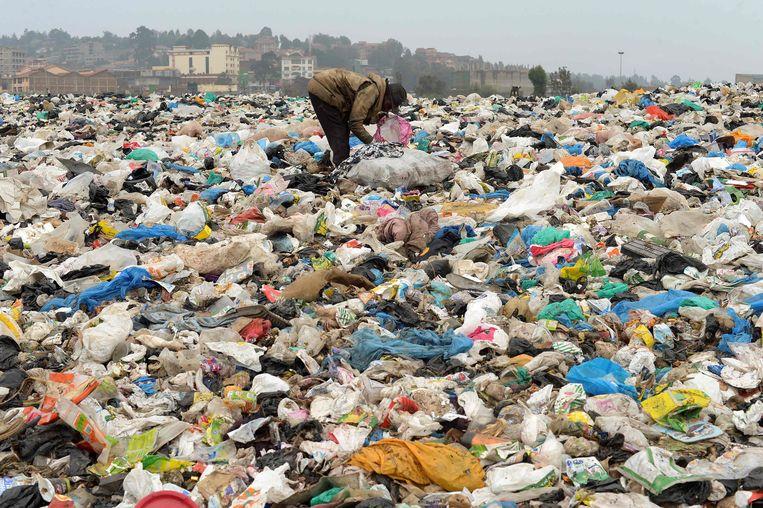 Een vuilnisbelt buiten Nairobi ligt bezaaid met kleurrijk plastic. Beeld AFP