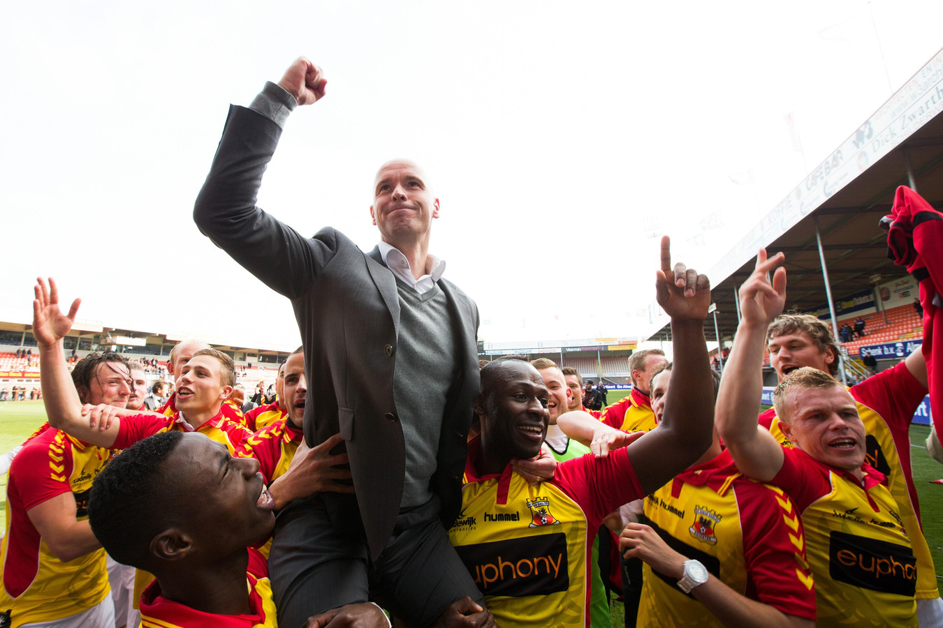 Aan de hand van Erik ten Hag promoveerde Go Ahead Eagles na 17 seizoenen weer naar de eredivisie.