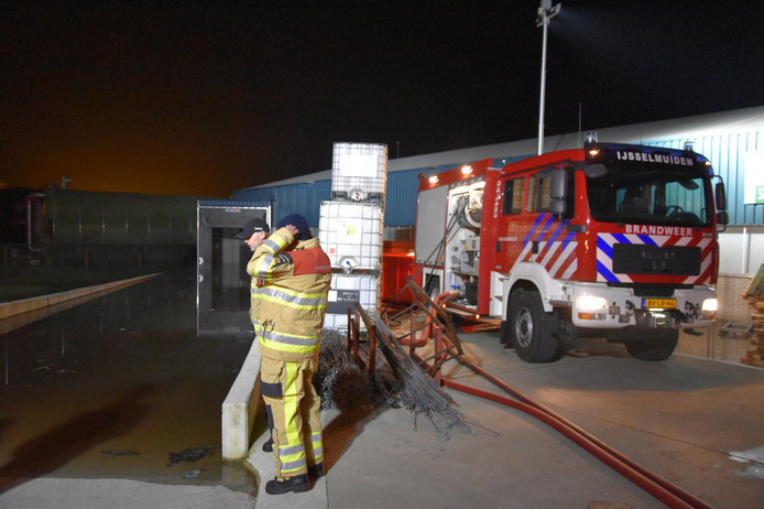 Het laad- en losdock van de tomatenkwekerij stond volledig onder water. De brandweer heeft het dock leeggepompt.