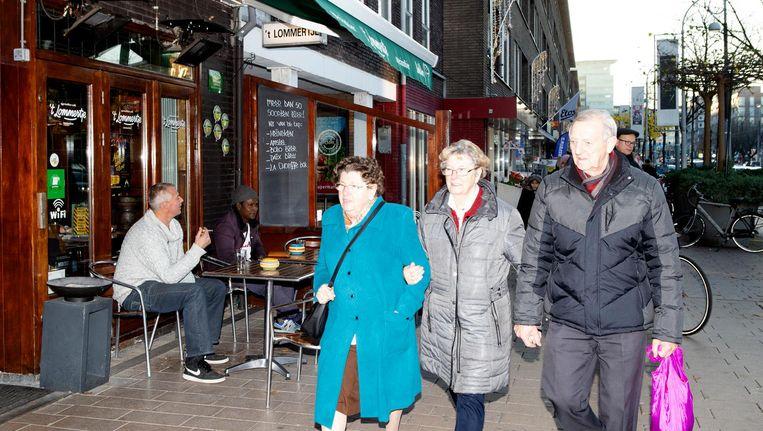 Bruin café 't Lommertje op de Bos en Lommerweg. De straat maakt een trage maar gestage transformatie door. Beeld Sanne Zurné