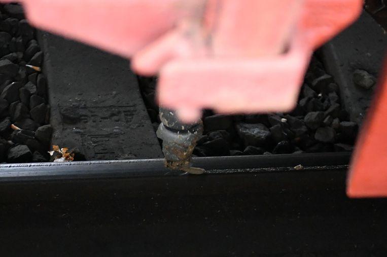Lancering Herfstplan aan boord van Sandite trein. Infrabel lanceert nieuwe maatregel tegen gladde sporen. Een nieuwe maatregel in het herfstplan is het spuiten van een mengeling van gel en zandkorrels op de sporen om zo meer grip te krijgen.
