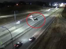 Un avion atterrit d'urgence sur une route du Minnesota et heurte une voiture