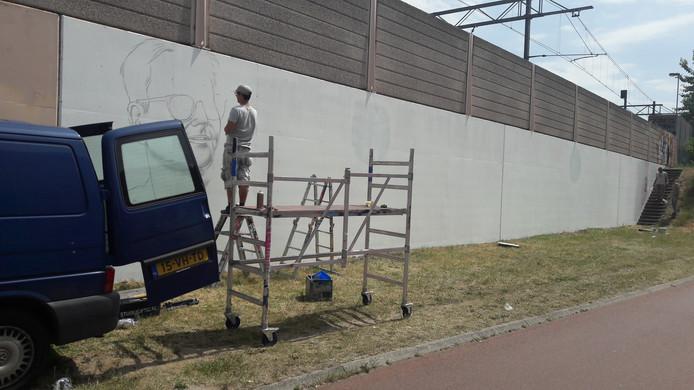 Niels van Swaemen zet de contouren van de beeltenis van Guus Meeuwis uit.