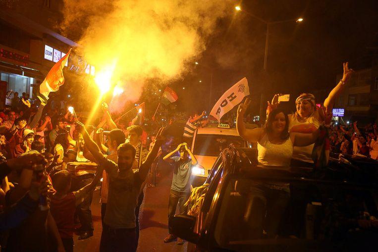 Aanhangers van de partij HDP vieren de eerste verkiezingsresultaten in Diyarbakir.