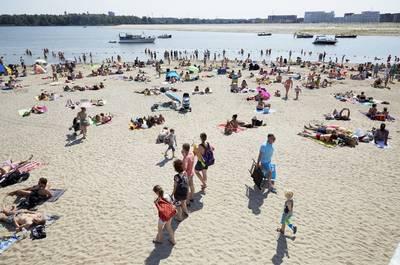 Mooie weer brengt zwemmers in problemen: een dode