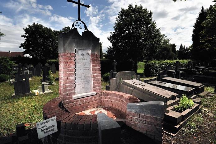 Bijzondere graven als deze worden door de stichting Begraafplaatsen Roosendaal voor verval behoed.