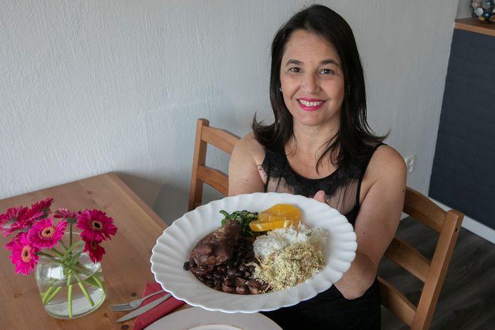 Mara Azevedo met de typisch Braziliaanse stoofschotel Feijoada.