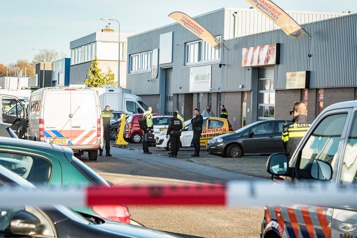 De politie is vanmiddag samen met de douane autobedrijven binnengevallen op een bedrijventerrein in Overvecht. Verschillende straten zijn afgezet. De bedrijven worden stuk voor stuk doorzocht. Ook speurhonden zijn daarbij ingezet.