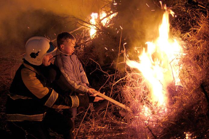 Het aansteken van het Paasvuur in Westerbeek vorig jaar.