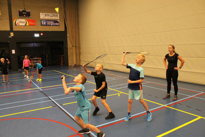 Scholieren maken kennis met badminton. De clubs doen dezer dagen mee aan de ledenwervingsactie probeerbadminton.nu.