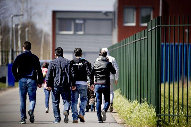 Het zou gaan om een klein groepje uitgeprocedeerde asielzoekers die weigeren te betalen, keet schoppen en soms chauffeurs bedreigen. In beeld het asielzoekerscentrum in Ter Apel, archiefbeeld.