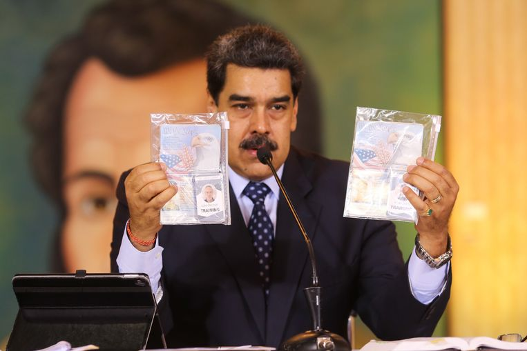 Maduro houdt foto's omhoog van Amerikanen die een coup wilden plegen. Beeld EPA