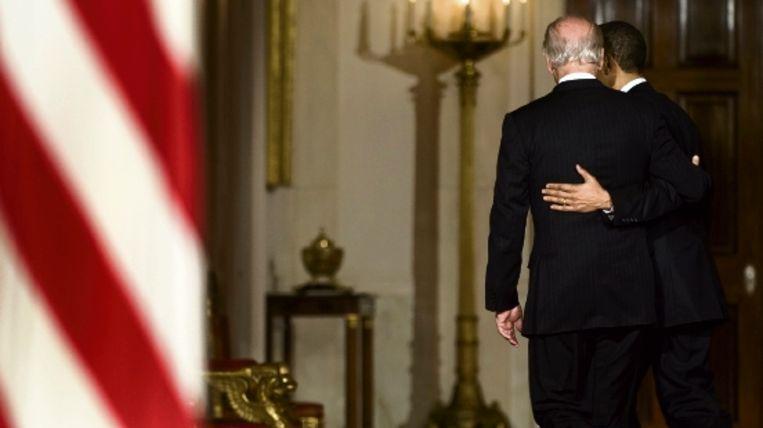 Het Huis van Afgevaardigden heeft ingestemd met de zorgwethervorming. Barack Obama (rechts) en zijn vicepresident Joe Biden lopen weg na het afleggen van een verklaring. Obama is de eerste president sinds Lyndon Johnson die een ingrijpende sociale wet door het Congres loodst. (AFP) Beeld AFP